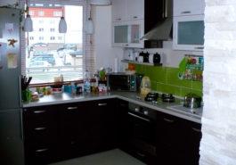 Kompozycja bieli, zieleni i brązu w kuchni